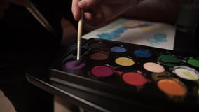 Gulligt behandla som ett barn målarfärg med gouache stock video