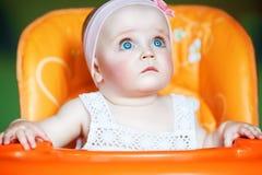 Gulligt behandla som ett barn med blåa ögon Fotografering för Bildbyråer