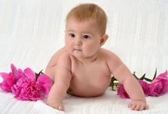 Gulligt behandla som ett barn med blommor Royaltyfri Bild