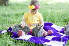 Gulligt behandla som ett barn med kaniner Fotografering för Bildbyråer