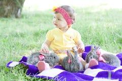 Gulligt behandla som ett barn med kaniner Arkivfoton