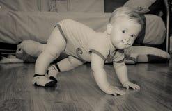 Gulligt behandla som ett barn med målat mustaschanseende arkivbild