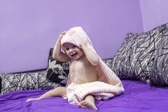 Gulligt behandla som ett barn och en handduk Fotografering för Bildbyråer
