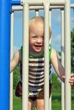 Gulligt behandla som ett barn på lekplatsen Arkivfoto