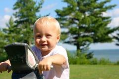 Gulligt behandla som ett barn på parkerar vid sjön Royaltyfria Bilder