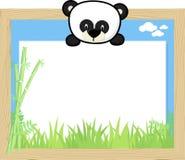 Gulligt behandla som ett barn pandan och förbigå brädet Arkivfoto