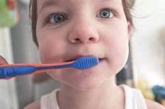 Gulligt behandla som ett barn pojken som borstar tänder i badrummet Arkivbild