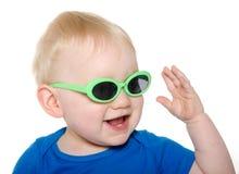 Gulligt behandla som ett barn pojken med grön solglasögon Royaltyfri Foto