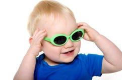 Gulligt behandla som ett barn pojken med grön solglasögon Royaltyfri Bild