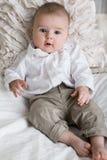 Gulligt behandla som ett barn pojken med stora blåa ögon Royaltyfri Bild