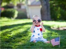 Gulligt behandla som ett barn pojken på självständighetsdagen Royaltyfri Bild
