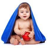 Gulligt behandla som ett barn pojken som äter äpplet Arkivbild
