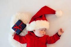 Gulligt behandla som ett barn santa att sova Fotografering för Bildbyråer