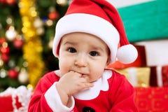 Gulligt behandla som ett barn Santa Claus med fingrar i mun Fotografering för Bildbyråer