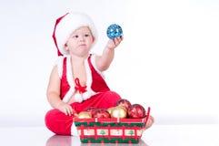 Gulligt behandla som ett barn Santa Claus med girlander. Arkivbilder