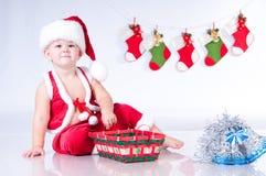 Gulligt behandla som ett barn Santa Claus med girlander. Fotografering för Bildbyråer