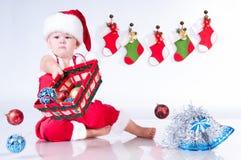 Gulligt behandla som ett barn Santa Claus med jultoys Royaltyfri Fotografi