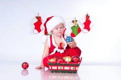 Gulligt behandla som ett barn Santa Claus med toys. Fotografering för Bildbyråer