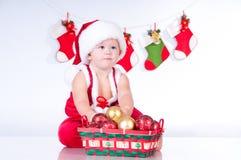Gulligt behandla som ett barn Santa Claus med toys. Arkivfoton