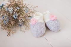Gulligt behandla som ett barn sockor för nyfött arkivbilder