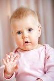Gulligt behandla som ett barn våg hälsningar för flickan/goodbye Fotografering för Bildbyråer