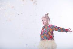 Gulligt blont barn i en vit studio arkivfoton