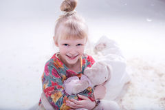 Gulligt blont barn i en vit studio royaltyfri bild