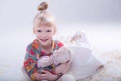 Gulligt blont barn i en vit studio royaltyfria bilder