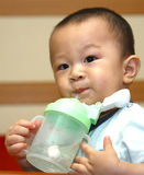 gulligt dricka för pojke Fotografering för Bildbyråer