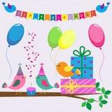 gulligt fågelfödelsedagkort Royaltyfri Fotografi