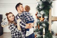 Gulligt familjanseende nära julgranen arkivfoton
