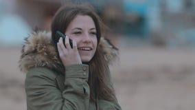 Gulligt flickasammanträde på stranden och samtal på lager videofilmer