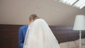 Gulligt gift par i det lyxiga kafét Brudgummen kysser bruden och slappt att le ren mjukhet lager videofilmer