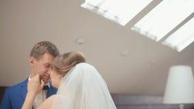 Gulligt gift par i det lyxiga kafét Mjukt ögonblick för närbild av brudgummen och bruden som ler och omfamnar slappt arkivfilmer