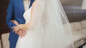 Gulligt gift par i det lyxiga kafét Mjukt ögonblick för närbild av brudgummen som omfamnar slappt hans brud lager videofilmer