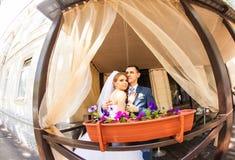 Gulligt gift par i kafé ren mjukhet Arkivfoto