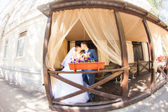 Gulligt gift par i kafé ren mjukhet Arkivfoton
