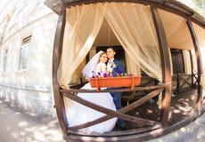 Gulligt gift par i kafé ren mjukhet Fotografering för Bildbyråer