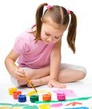 Gulligt gladlynt barnspelrum med målarfärger fotografering för bildbyråer