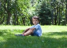 gulligt gräs för pojke little ståendesitting Royaltyfri Foto