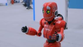 Gulligt humanoidrobotsamtal och rolig flyttning på utställningen stock video