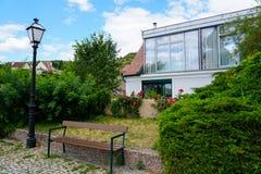 Gulligt hus i Österrike med bänken och lyktan royaltyfri foto