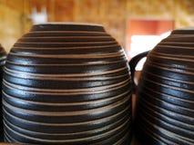 Gulligt kaffe, tekopp som är uppochnervänd på hylla arkivbild