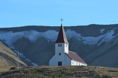 Gulligt kapell på en kulle i Vik Iceland royaltyfri foto