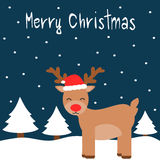 Gulligt kort för glad jul för tecknad film med renen i snön med den röda hatten för jul Arkivbilder
