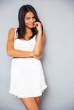 Gulligt kvinnaanseende i moderiktig vit klänning Royaltyfria Bilder