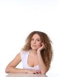 Gulligt kvinnasammanträde för stående och hennes arm under hakan Arkivbilder