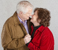 gulligt kyssa för par Royaltyfria Bilder