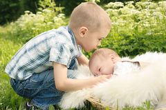 gulligt kyssande för pojkebroder little yttersida Royaltyfria Foton