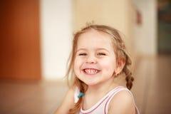 gulligt le för flicka Arkivbild